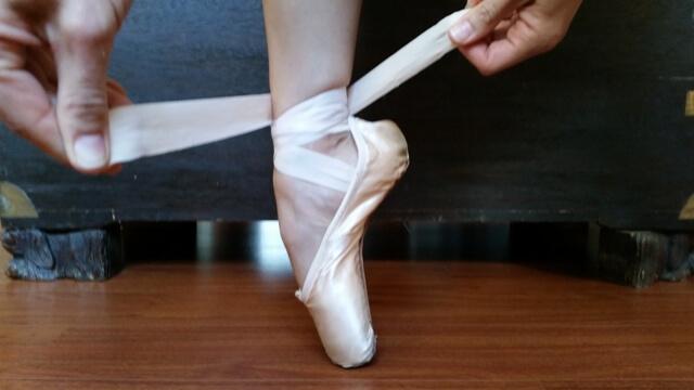 Como Apertar as Fitas dos Sapatos de Ballet