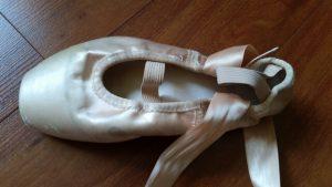 946576f303 Como Costurar Fitas e Elásticos nas Sapatilhas de Ballet